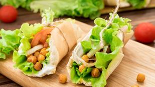 Ha csak egy gyors, vega szendvicset ennél, készíts pitákat fűszeres csicseriborsóval!