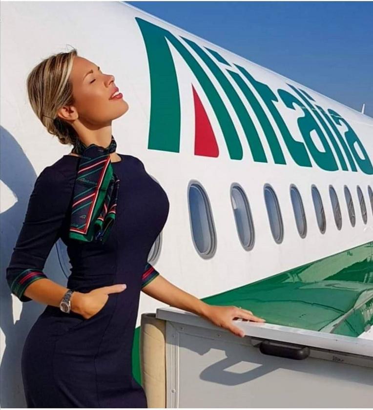 A 37 éves olasz hölgy ugyanis légiutaskísérő, méghozzá a legnépszerűbb az Instagramon.