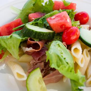 Színes nyári tésztasaláta görögdinnyével és sonkával - Laktató és nagyon finom