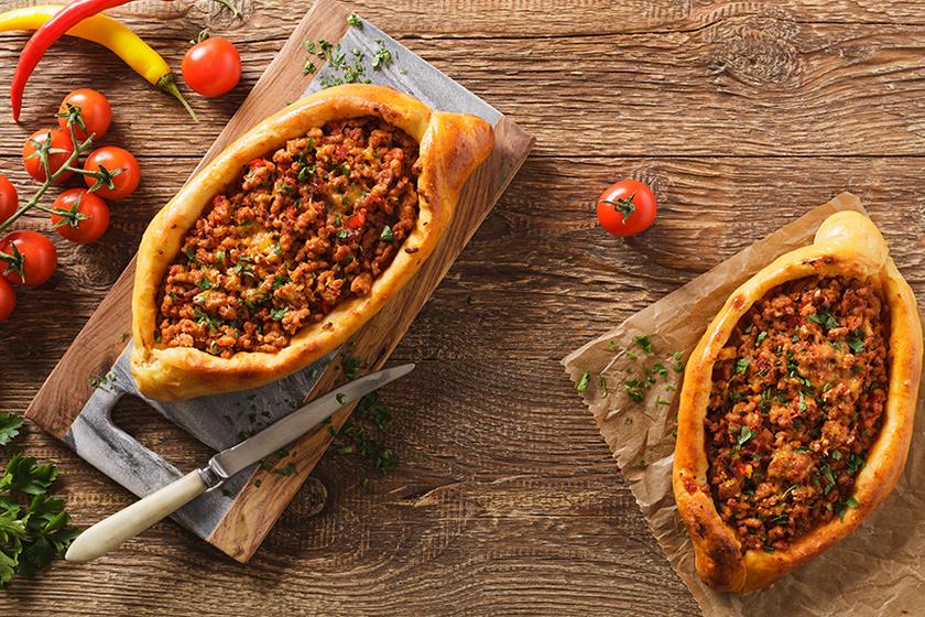 Foszlós tésztájú török pizza: gazdag, fűszeres darált hús a tölteléke