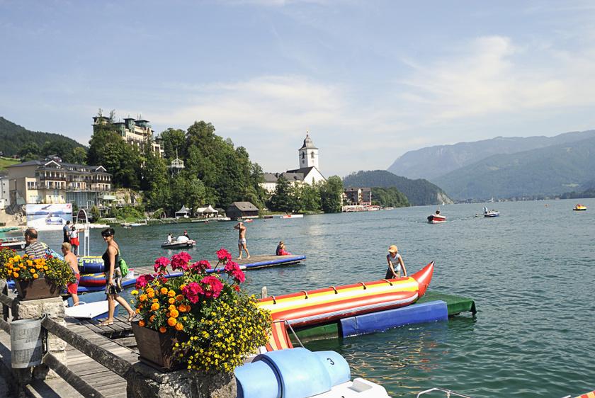 A Wolfgangsee Salzburg tartomány ragyogó és tiszta vize, mely nyáron kellemesen hűvös, és festői környezetben bújik meg Sankt Wolfgang im Salzkammergut mellett. Nemcsak a fürdőzni vágyóknak ideális úti cél, de a vízi sportot űzők, szörfözők és csónakázók látványa sem ritka itt.
