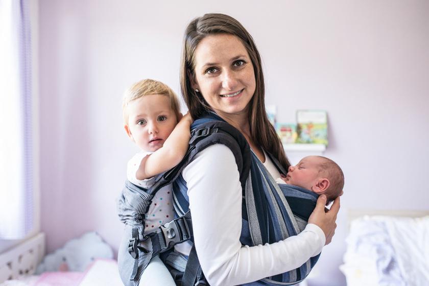 Erősíti a kötődést, és javítja a babával való kommunikációt: a babahordozás 5 előnye a szakember szerint