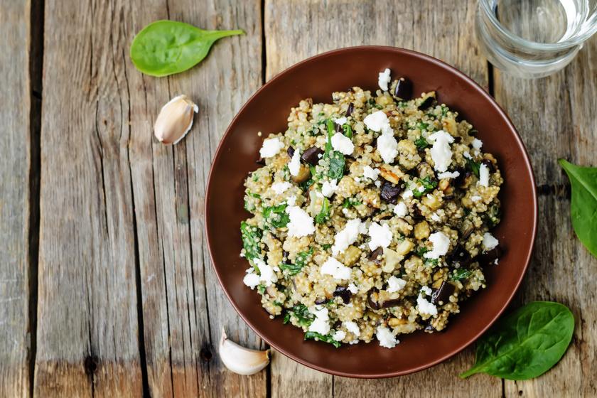 100 gramm quinoa nagyjából 370 kalória, cserébe a szervezet anyagcsere-folyamatainak optimális működéséhez szükséges komplex B-vitaminnal látja el a szervezetet. Továbbá 14 gramm fehérjét és 7 gramm rostot tartalmaz, amelyek elnyújtottan biztosítják a jóllakottság érzését. Dobj össze egy quinoasalátát, amit különböző zöldségekkel és egy kis feta sajttal turbózhatsz fel.