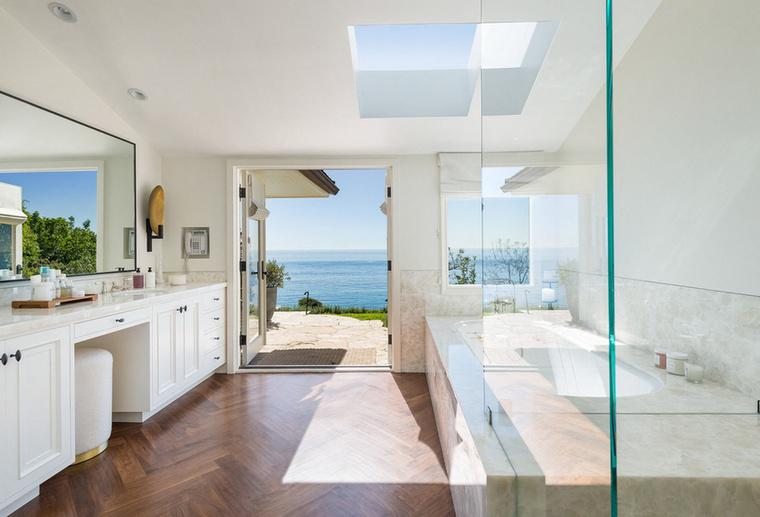 Végül, de nem utolsó sorban pedig tekintsék meg ezt a luxus fürdőszobát, amiből nem mellesleg hat darab van a birtokon.