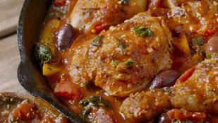 Vörösborral főtt csirkecacciatore – füstölt paprikával a legfinomabb