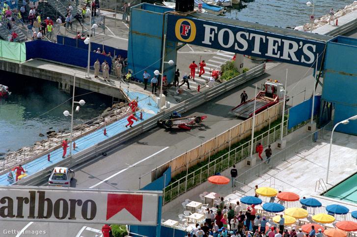 Taki Inoue felborult autója az 1995-ös Monacói Nagydíjon