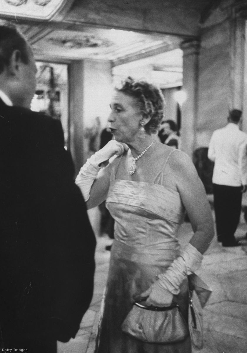 Mary Crocker Alexander Whitehouse a Tiffany-bálon, nyakában az ékszerrel.
