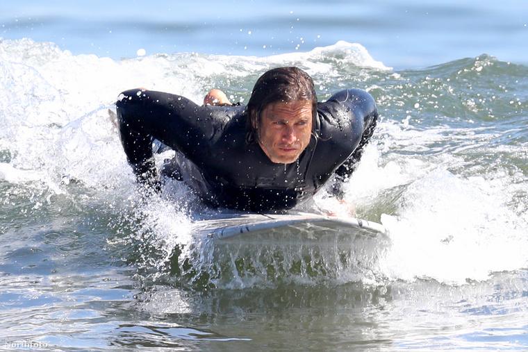 Nézze, kit sodortak a Velvethez a hullámok! Felismeri a képen látható férfit? Ha nem, picit segítünk