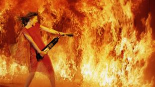 Modern nő középkori kínokkal: mit éget Szent Antal tüze?