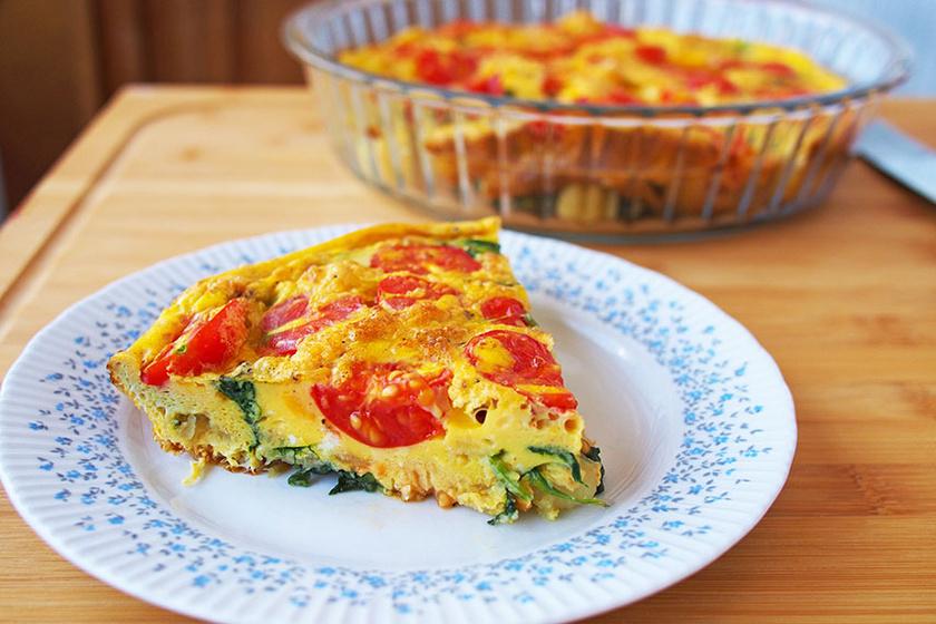 Az olaszok omlettje, a frittata igazi maradékmentő. A tojásos alapba szinte bármilyen zöldséget vagy húsfélét tehetsz. Igazi vasárnapi brunch étel, amellyel a vendégeket is elkápráztathatod.