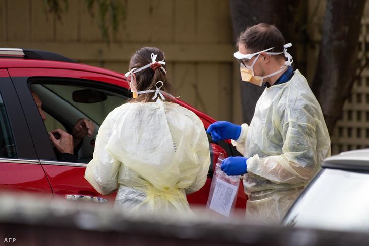 Egy Covid-19-klinika munkatársai tesztet végeznek Wellington közelében, 2020. április 20-án