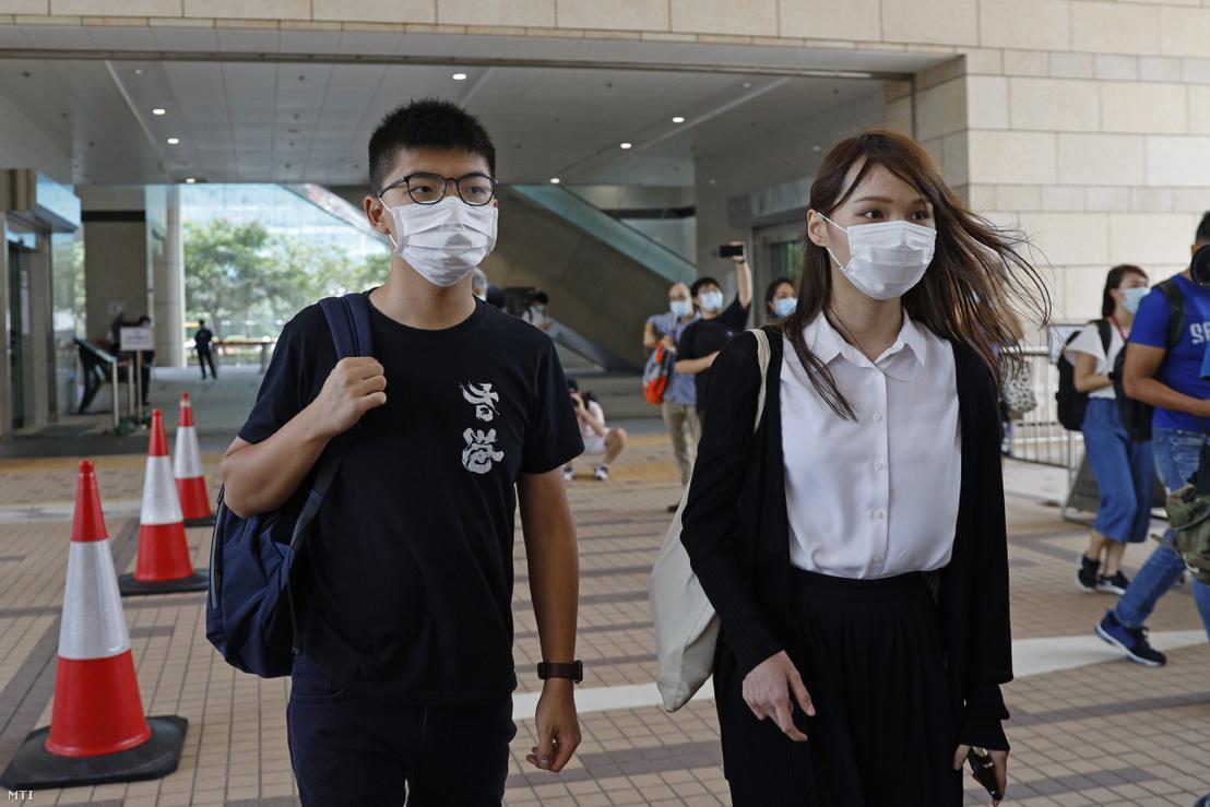 Agnes Chow és Joshua Wong demokráciapárti aktivista egy hongkongi bíróságra érkezik 2020. augusztus 5-én.