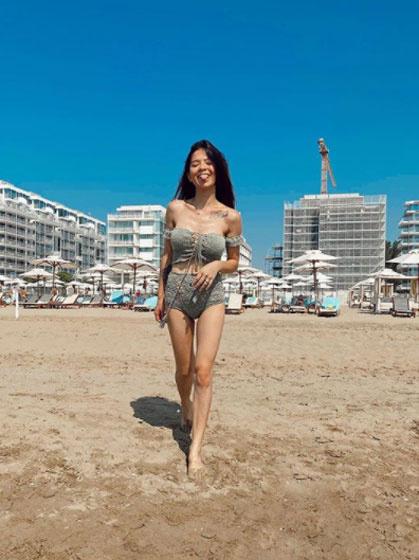 Ebben a trendi, horgolt bikiniben vonult végig a tengerparton Szilvi.