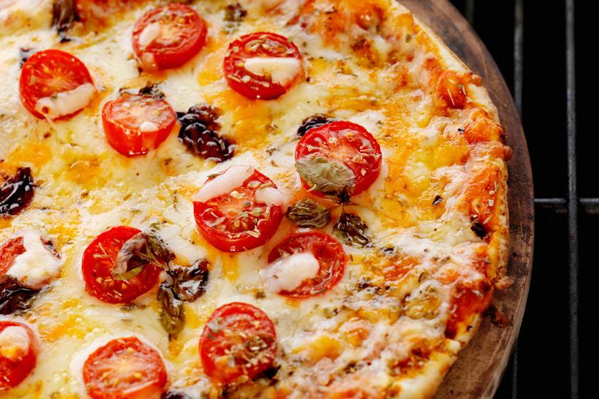 A grillen készült ételek kicsit füstösek, sokkal karakteresebbek, a húsok és zöldségek mellett a pizzát is érdemes kipróbálni rácson sütve.