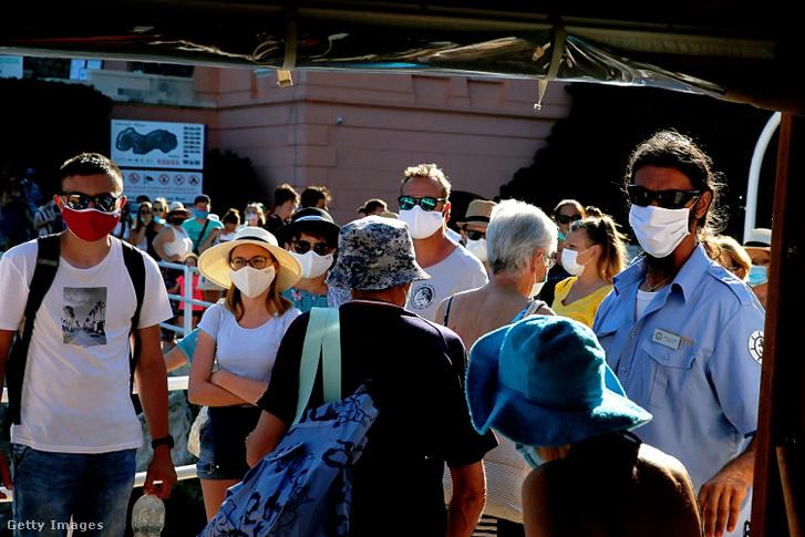 Maszkot viselő emberek Dubrovnikban 2020. július 26-án.