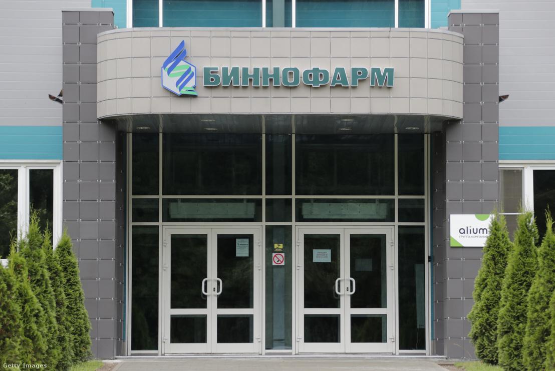 A Binnopharm nevű gyógyszeripari vállalat gyára Zelenográdban, itt gyártják a vakcinát.