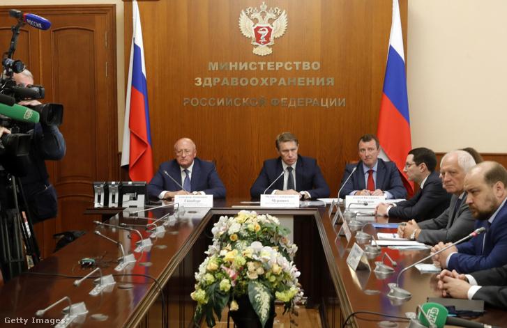 Alexander Gintsburg a Gamaleja Epidemiológiai és Mikrobiológiai Kutatóintézet vezetője és Mikhail Murashko orosz egészségügyi miniszter tájékoztatót tart a vakcinával kapcsolatban 2020. augusztus 12-én.
