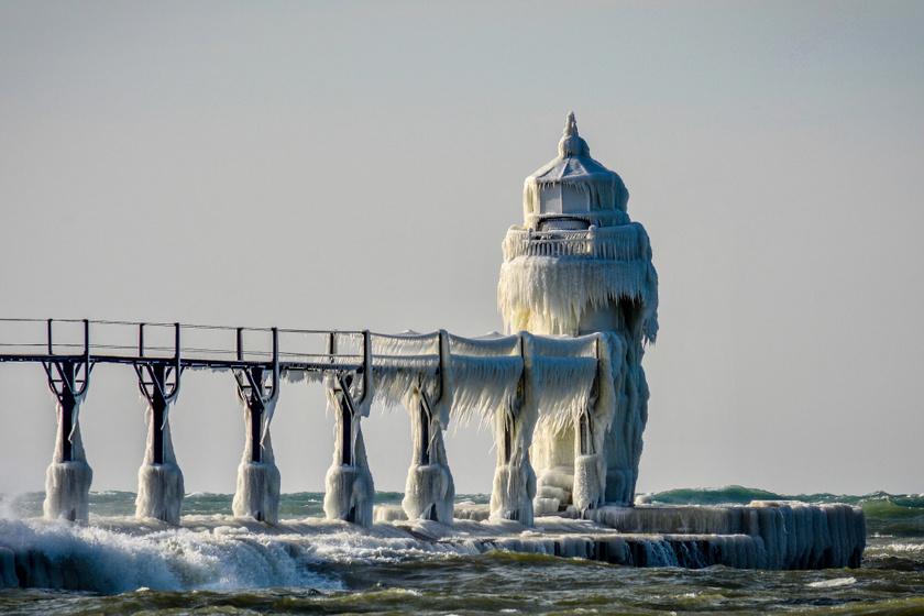 A michigani Szent József világítótorony a többnapos esőnek és erős szélnek köszönhetően ilyen gyönyörű, téli arcát mutatja.