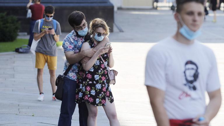Csók nélkül, maszkban, hátulról: így szexeljünk a koronavírus alatt