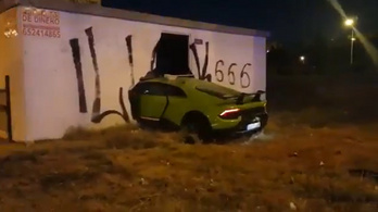 Kölcsönkérte barátja Lamborghinijét, majd lebontott vele egy falat