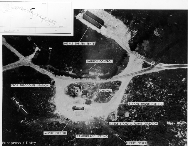 Egy légifelvétel, ami a szovjet középhatótávolságú rakéták helyét mutatja meg. A képen látható a kilövőállás, a nukleáris rakéták óvóhelye és az irányítóközpont. A bal felső sarokban látható térképen az indítóállások feltételezett helye is látható. Ez volt az egyik felvétel, ami alapján már az 1960-as évek elején is megjósolható volt a kubai rakétaválság.