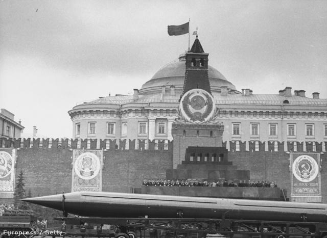 T-5B típusú csapásmérő rakétát vontat egy tank az 1961. májusában tartott katonai díszszemlén.