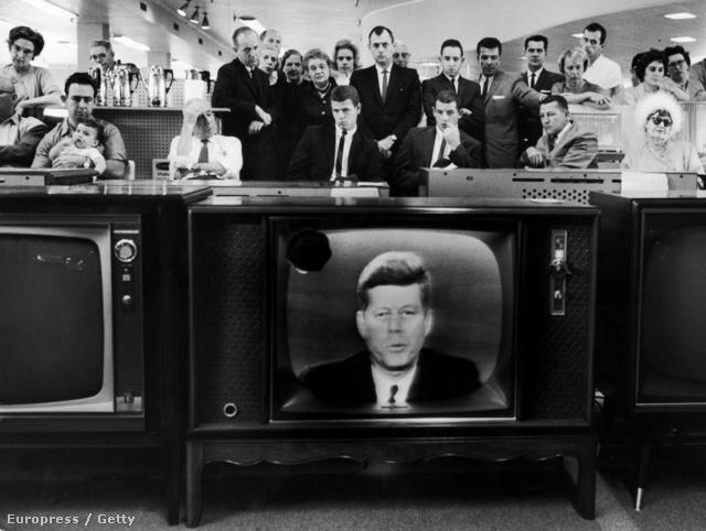 Kennedy elnök a tévében jelentette be, hogy az Egyesült Államok blokádot von Kuba köré.