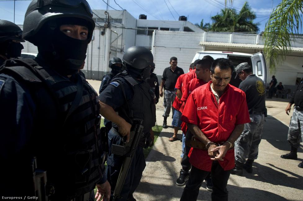 Victoria de Durango, Mexikó, 9. hely. Lélekszám: 593 389. 100 ezer                         lakosra jutó gyilkosságok száma: 79,88                         Victoria de Durango 2011-ben került a nemzetközi média figyelmének                         középpontjába, amikor a város határában hét tömegsírt fedeztek fel,                         összesen 331 halottal, a mexikói drogháború áldozataival. Durango                         megye az ország közepén fekszik, a város egyszerűen rossz helyen van,                         a termelő területek és csempészútvonalak közelében, a Sinaola és a                         Zetas kartelek felségterületei közti határon. A rendőrség és a                         hadsereg rég feladta, hogy bármit is tegyen a drogháború nagyhatalmai                         ellen.