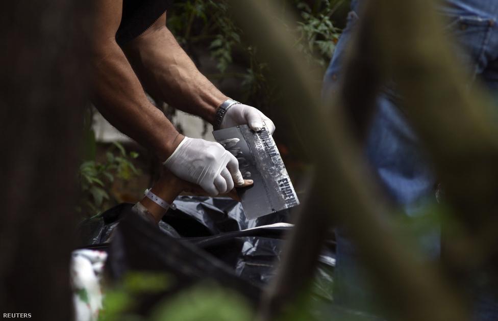 Guatemala City, Guatemala, 12. hely. Lélekszám: 3 014 060. 100 ezer                         lakosra jutó gyilkoságok száma: 74,58                         Guatemalában 1996-ban ért véget a csaknem negyven évig húzódó véres                         polgárháború, de a helyzet azóta sem sokkal jobb. Egy 2009-es amerikai                         minisztériumi jelentés az országot Latin-Amerika legmagasabb bűnözési                         rátájával jellemezte, és azóta a gyilkosságok száma megduplázódott,                         2011-ben a fővárosban heti 40-50-et jelentettek. A polgárháborúból                         megmaradt halálbrigádok, a korrupt rendőrség és hadsereg, illetve a                         velük összefonódott a drogcsempész bandák uralják a ma guatemalai                         alvilágot, állandó harcban az országban terjeszkedni próbáló mexikói                         kartellekkel.