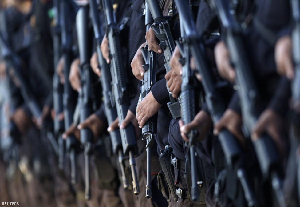 Monterrey, Mexikó, 38. hely. Lélekszám: 4 160 339. 100 ezer lakosra                         jutó gyilkosságok száma: 40,38                         Mexikó egyik legfejlettebb és leggazdagabb városa az ország északi                         részén, az amerikai határhoz közel. Szinte az összes nagy mexikói cég,                         illetve a multik helyi központjainak otthona. 2005-ben Latin-Amerika                         legbiztonságosabb városának tartották, azóta azonban kitört a mexikói                         drogháború, amiben Monterrey gyakorlatilag a különböző kartellek közti                         front kellős közepén található. A tavaly augusztusi, 61 halálos                         áldozattal járó kaszinótámadás óta a hadsereg próbálja fenntartani a                         rendet a városban.