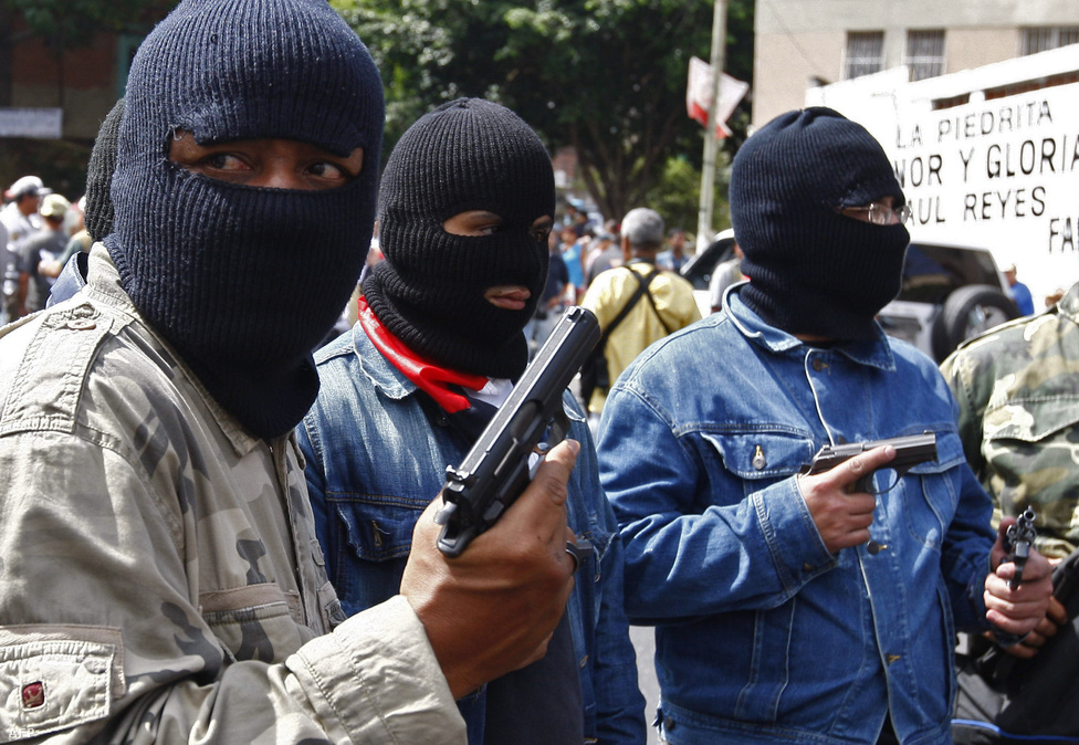 Caracas, Venezuela, 6. hely. Lélekszám: 3 205 463. 100 ezer lakosra                         jutó gyilkosságok száma: 98,71                         Venezuela fővárosában főként a városszéli szegénynegyedek helyzete                         kétségbeejtő. A városba az egész országból áramlanak be a kilátástalan                         életű fiatalok, akik Caracasban hamar utcán találják magukat. Mióta a                         hetvenes években olajat találtak, a helyzet csak rosszabb lett, ahogy                         a nagy üzlet még nagyobb korrupciót, és a nagy pénz még nagyobb                         bűnözést hozott. Ráadásul az USA és Európa felé irányuló kolumbiai                         kokainexport útvonalai is jórészt Venezuelán vezetnek keresztül, ami                         automatikusan a drogkartelek megjelenésével és háborúskodásukkal jár.