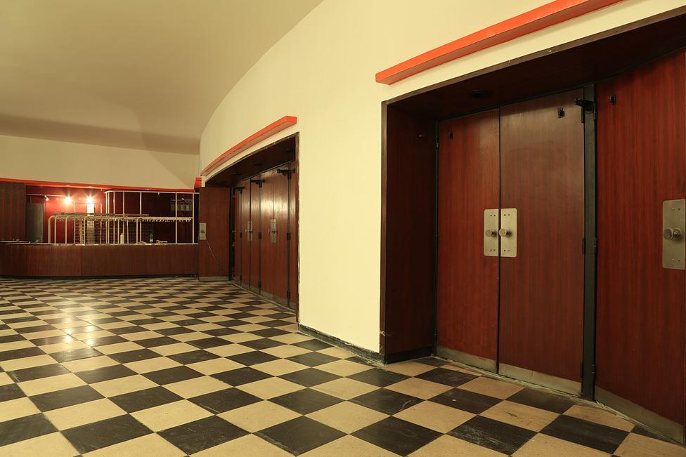 A nyolcvanas évek végén a Budapest Film megpróbálta helyreállítani az eredeti Bauhaus belső tereket, de aztán a kilencvenes évek neonszínű plexikkel és aranyszínű szpotlámpákkal csúfította el a mozit.