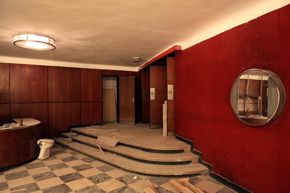 A Merlin Színház idén az évek óta üresen álló moziba költözik. Hónapokon át folyt a takarítás, megpróbálták eltüntetni a nyolcvanas évek hangulatát és a mindent átható vidékidiszkó-hangulatot.