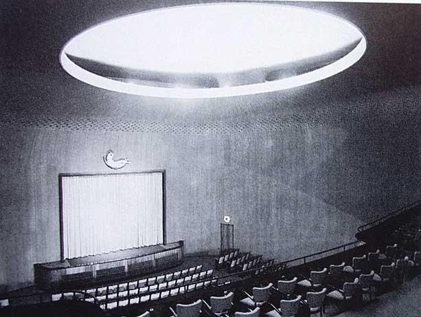 Az Atrium-házat 1936-ban adták át, a Kozma Lajos építész tervei alapján készült hét emeletes épület alsó szintjére mozit, sőt mozgóképszínházat terveztek, ami 1937-ben nyitott végül meg.