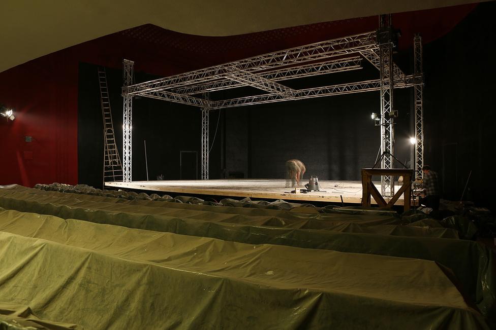 Októberben már ácsolták a színpadot, körülbelül 50 millió forint jutott a mozi felújítására, ami leginkább csak festésre, és a posztkommunista giccs eltüntetésére volt elég.  A 300 fős nézőteret, a kávézót és a fogadó csarnokot november 20-án nyitották meg, azzal a filmmel kezdtek amivel 2001-ben búcsúztak. Török Feri Moszkva terével.
