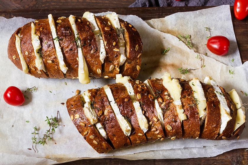 Ropogós kenyér hasselback módra: a szeletek közt sül krémesre a sajt