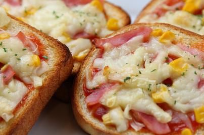 Ne dobd ki a szikkadt kenyeret: isteni pizza lesz belőle pillanatok alatt