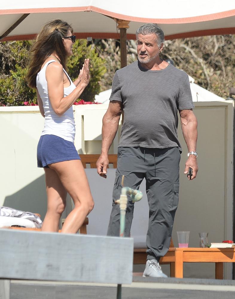 Stallone és Jennifer Flavin az árnyékban társalkodtak fürdőzés helyett