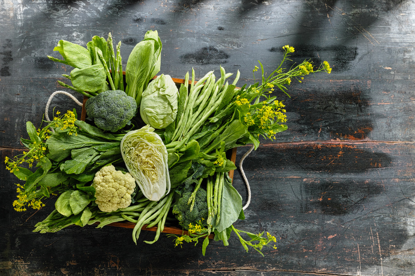 Zöldségekből sosem elég! Minimum öt adagra érdemes törekedni a nap során, lehetőség szerint úgy, hogy sok nyers is legyen benne. Antioxidáns- és rosttartalmuk elősegíti a szervezet optimális működését, a testsúly kordában tartását.