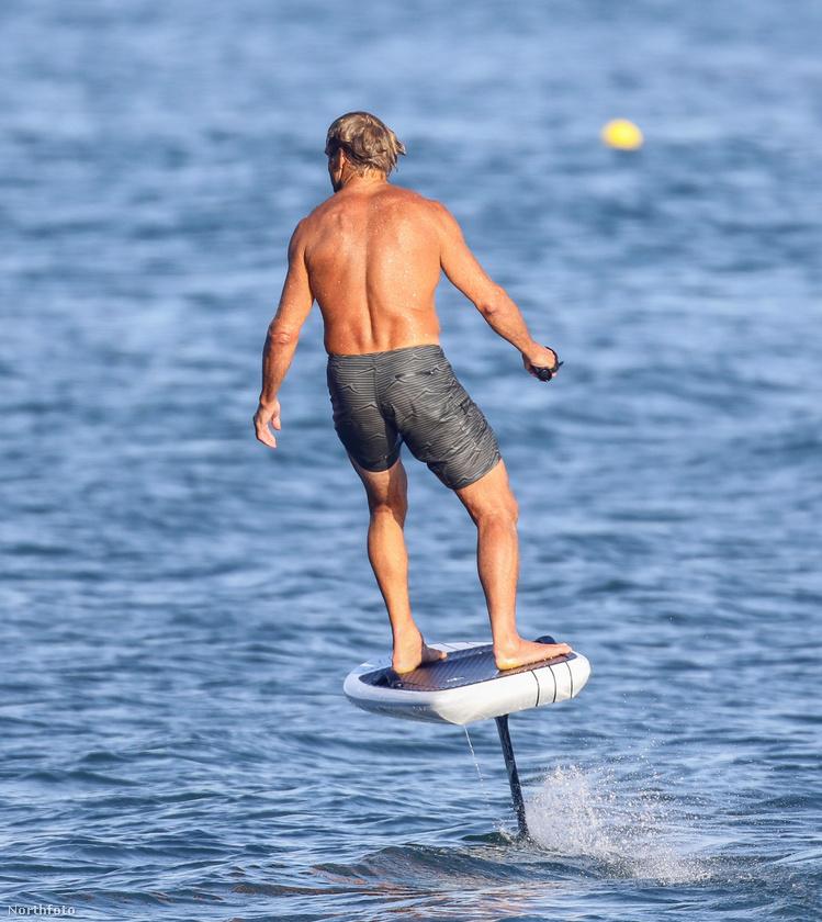 Hamiltonról elég régen, négy éve írtunk, akkor is azért, mert Orlando Bloommal múlatta az időt, akkor is szörfözéssel, természetesen