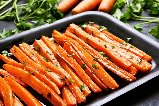 Ha rozmaring épp nincs otthon, friss snidlinggel, perezselyemmel és majoránnával is helyettesítheted.