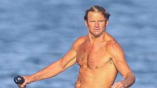 56 éves, de még mindig jól mutat a szörfdeszkán