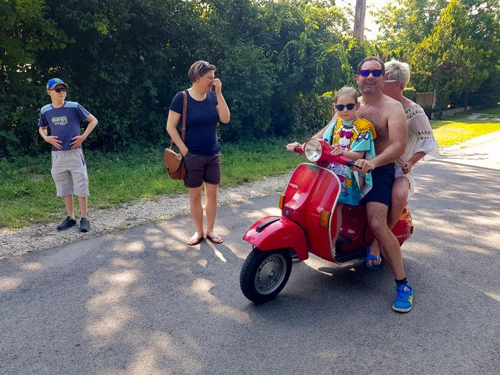 Egy olasz család befut - Rolandék az utcán értek utol bennünket