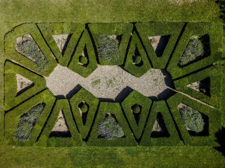 A fotón látható vidéki kúriához egy nagy birtok is tartozik, aminek van egy franciakertre emlékeztető része is