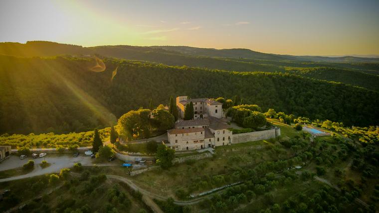 Az alapreceptet Ricasoli báró jegyezte fel, 150 évvel ezelőtt, Sienában, mely szerint az alkoholnak 70 százalékban sangioveséből, 15 százalékban canaiolo neróból, 10 százalékban fehér trebbiano toscanóból és malvasia del Chiantiból, valamint 5 százalékban egyéb szőlőfajtákból kell állnia, írja a Borászportál