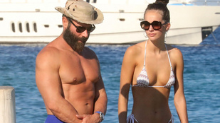Dan Bilzerian megint luxushajón, most csak egy darab szexi nővel