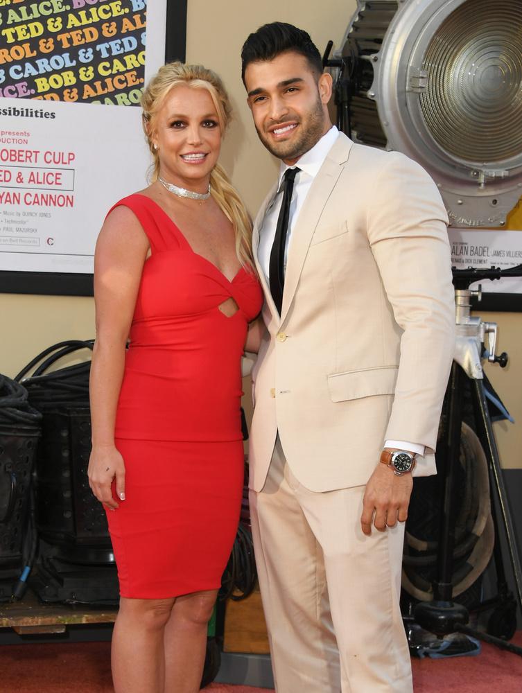 Az énekesnő jelenlegi párja Sam Asghari modell/testépítő, akivel 2016-ban ismerkedett meg Spears, egyik videoklipje forgatásán