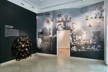 Gorka standja egy kiállításon az 1930-as években, a beazonosított tárgyak odakerültek a képek látható darabok elé