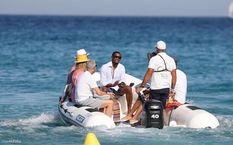 Saint-Tropez-ban mostanság egyébként hemzsegnek a hírességek, ott volt most Dan Bilzerian pókermilliomos, de idén nyáron megfordult már a környéken Vajna Tímea is.