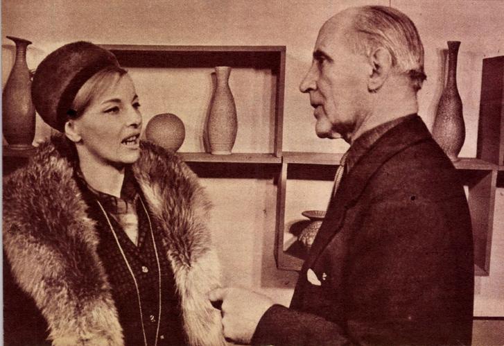 Aleksandra Slaska lengyel színésznő találkozása Gorkával a művész kiállításán a Csók István Galériában 1964-ben
